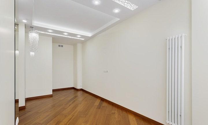 На противоположной стороне комнаты повесим телевизор, в углу при входе будет большой шкаф купе.