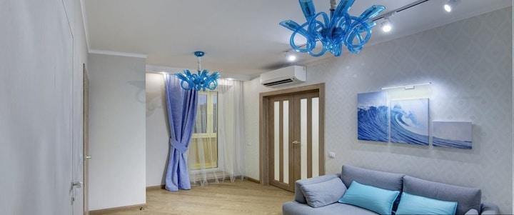 Спальня - гостиная поделена на две зоны. Освещение выполнено не стандартное. В качестве ночного света выбрано трековое освещение. Это современно и стильно. Напольное покрытие уложено под сорок пять градусов.