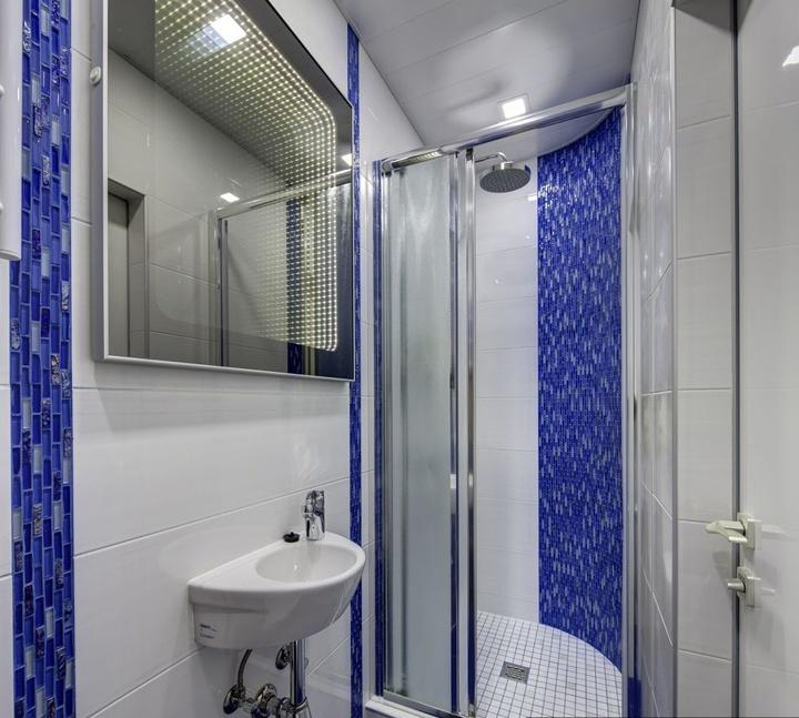 Все привыкли к горизонтальному расположению плитки, но посмотрите, что возможно сделать с вертикальной плиткой и как это будет смотреться в ванной и туалете. Сочетайте различные оттенки, а так же формы декора совместно с мебелью.