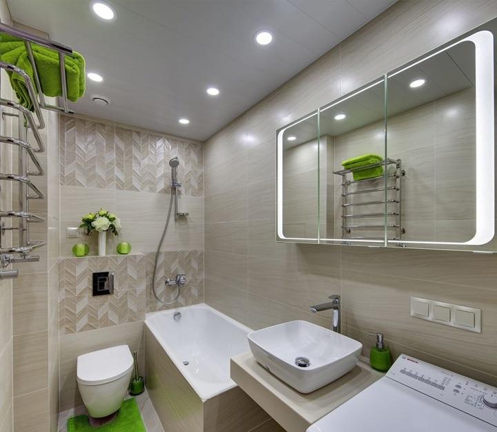Аналогично и в ванной комнате. Типовая плитка серая с коричневым оттенком, плюс для придания изюминки декорирующие элементы (полотенца, коврики, цветы и так далее) добавляют жизни в комнату. И она заиграет новыми красками.
