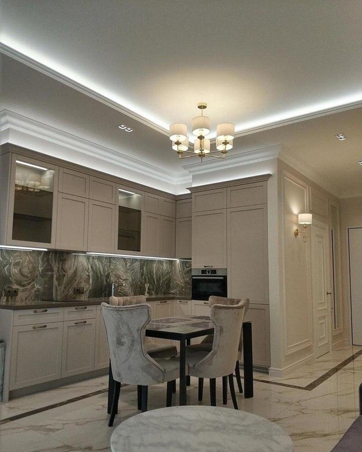 Современная кухня в классическом стиле. Бежевые фасады, высокие потолки. Двухуровневые потолки с подсветкой из светодиодной ленты.