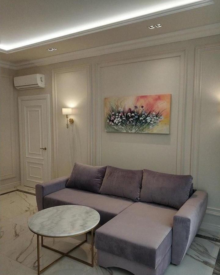 Стены декорированы лепниной и окрашены в цвет стен.