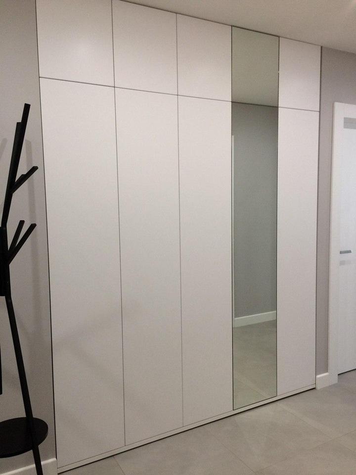 В прихожей обустроили шкаф купе с дверьми из зеркала. Стены с отделкой под обои. Дизайн проект в ЖК Солнцево-Парк, планировка студии.