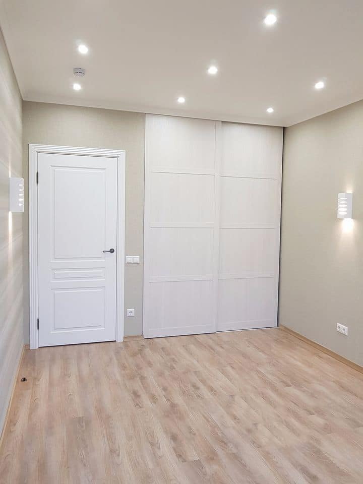 Один из элементов правильного планирования - это встроенные шкафы купе. Посмотрите на примыкания верхней части двери к потолку. Плинтус потолка как раз закрывает все крепление, что создает единое пространство и стиль в помещении. Двери купе рассчитываются из стандартных параметров плюс монтажный размер 100 мм.