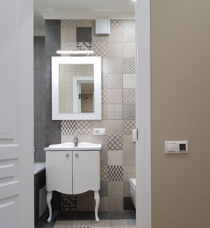Контроллер теплого пола лучше всего монтировать снаружи двери у выключателей света. Вы всегда, проходя мимо двери в ванную, будете знать включен ли он или нет. Отделка стен в прихожей типовая - обои под покраску. Это наиболее практичный и долговечный тип отделки. При эксплуатации помещения можно с легкостью подкрасить или реставрировать обои и это не будет заметно. Цвет краски и ее код вам известен. А если надоест цвет, то сменить его не составит труда.