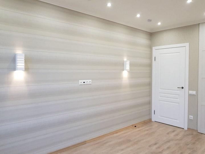Заключительная комната. По функционалу интерьер будет типовой. Установлена большая кровать, размер 1800. Отделка выполнена двумя типами обоев, флизелиновые и под покраску.