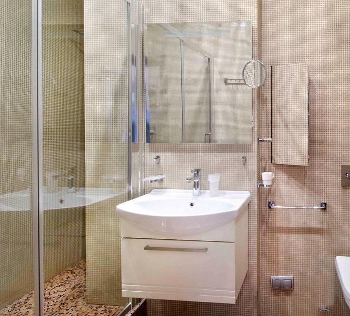 Светлая мозайка в ванной и туалете с отдельной душевой кабиной, главное это сочетание цветов и оттенков. Можно использовать однотонные отделочные материалы и немного разбавлять их красками. Тем самым мы получим стильное решение в помещениях.