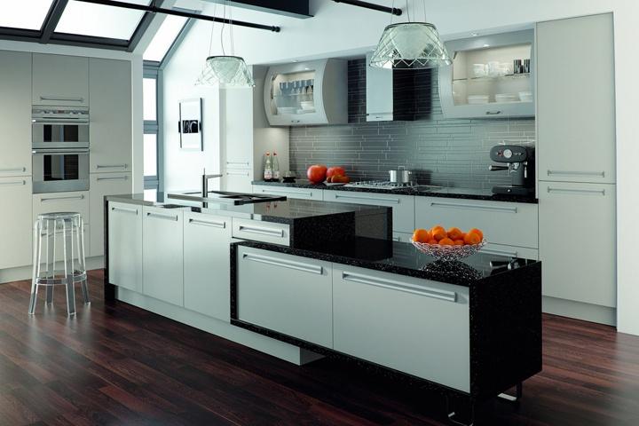 Необычные и стильные кухни с плавно переходящими различной геометрии рабочей зоны. Черная по контуру столешница.