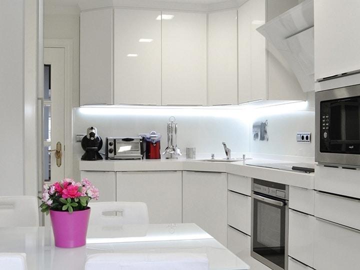 Минимализм на кухне очень полезен и практичен в повседневной жизни. Его легко обслуживать, не садится пыль. Но главное в его реализации - это выбрать механизмы открывания и удобные ручки у дверей. Старайтесь выбирать закругленные, без острых элементов.