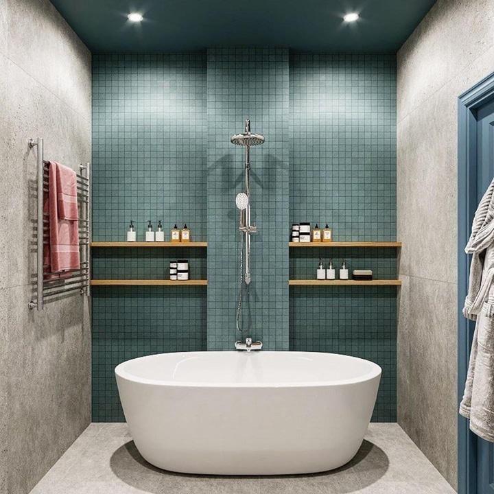 Отдельная ванна с симметричными полками и отделкой мозайкой.