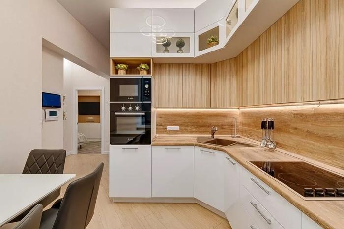 Кухонный гарнитур и планировка. Белый фасад матовый. Верхние ящики состоят из двух уровней разной глубины. Современная планировка в ЖК Испанские кварталы, дизайн проект.