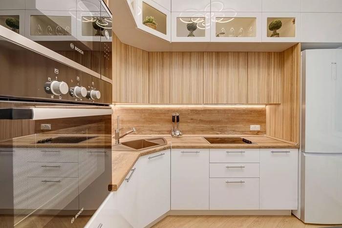 Угловой модуль 900 на 900, от него слева посудомойка и микроволновка с духовкой в отдельном модуле. А справа ящик для ложек 400 мм, варочная панель и холодильник.