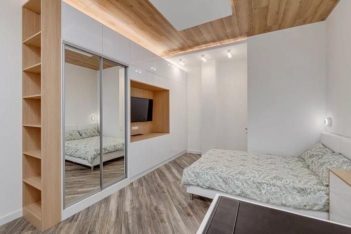 Организованно два типа освещения, потолочное в виде панелей и светодиодные маленькие лампы. На натяжном потолке можно нарисовать различный узор. В этом случае он эмитирует ламинат.