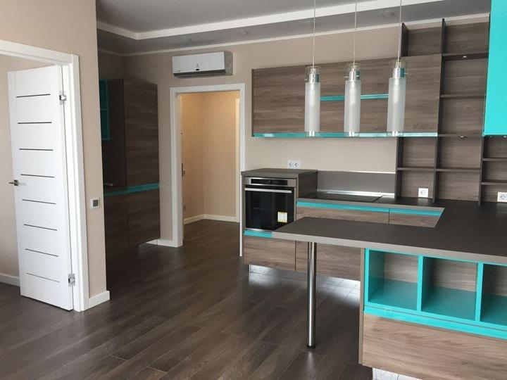 яркая дизайнерская кухня студия сочетанием коричневой мебелью и бирюзовых вставок в полки