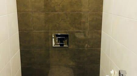 сочетание белой плитки с коричневым мрамором в туалете