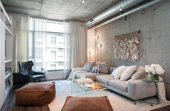 На стену можно крепить панели под любую фактуру, дерево, стекло или имитация бетона. Потолок достаточно ошкурить и загрунтовать, в местах провалов или отверстий возможно применение грубой шпатлевки.