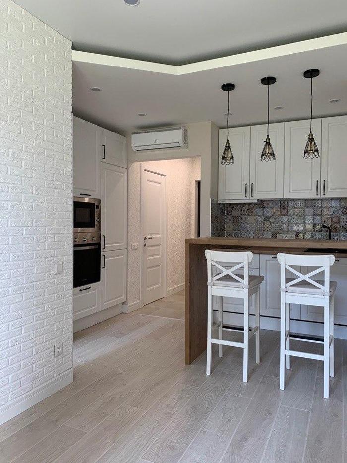 Интерьер кухни в белых тонах. Дизайн проект квартиры в ЖК Эльсинор, планировка и ремонт.