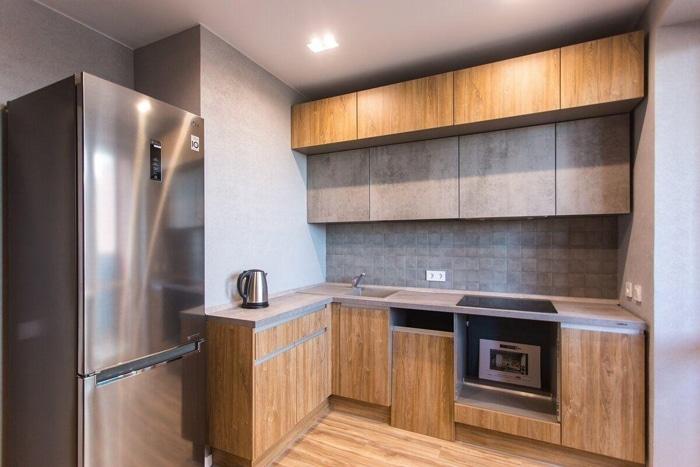 Кухня под потолок с отделкой под дерево, гладкие фасады.