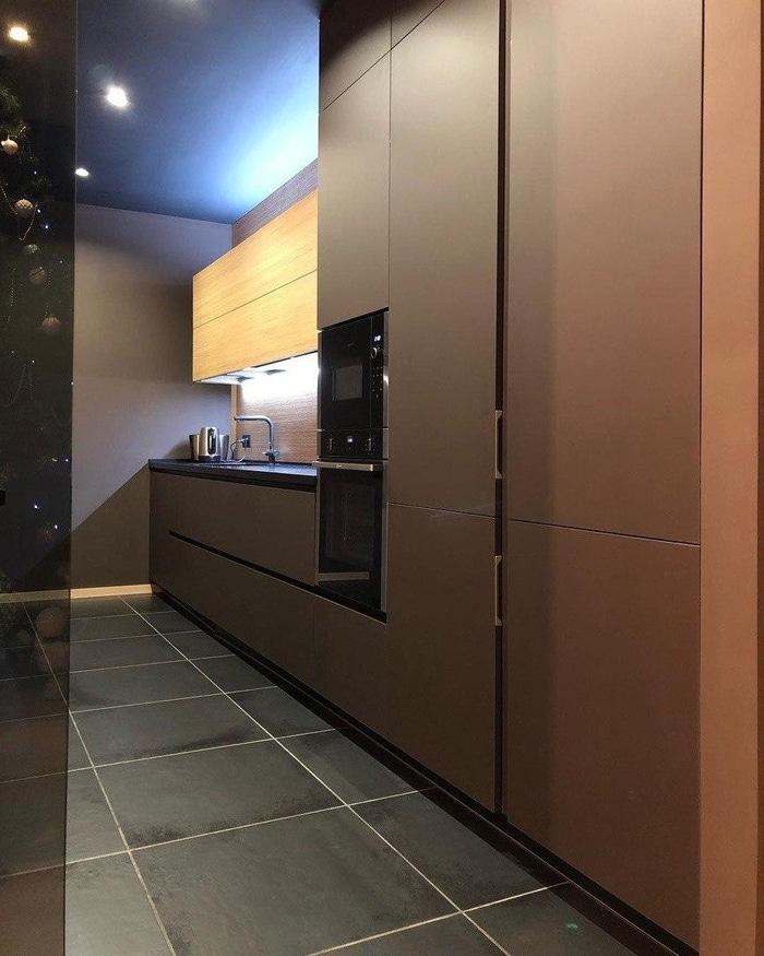 Шикарный гарнитур кухни матовый в коричневых тонах.