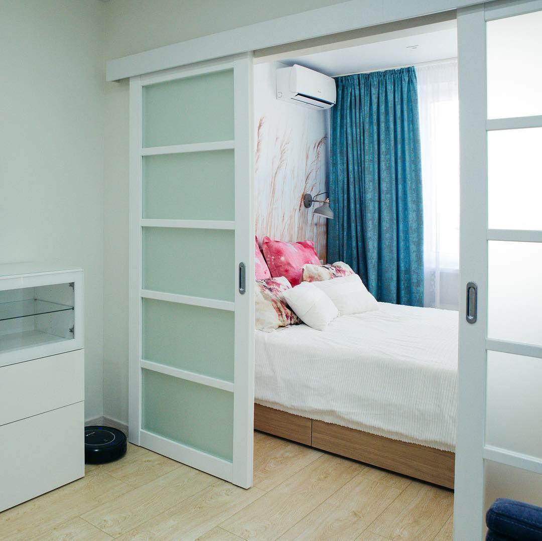 вид светлой комнаты с сочетанием светло-голубых оттенков стен и выдвижной двери