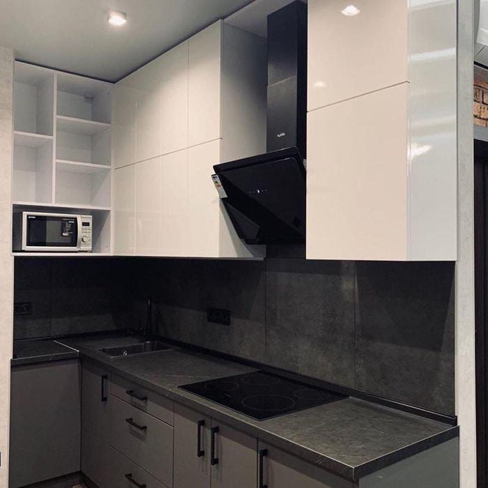 Глянцевая белая и серая кухня, столешница из мдф. Дизайн проект квартиры в ЖК Рублёвские огни, планировка и ремонт.