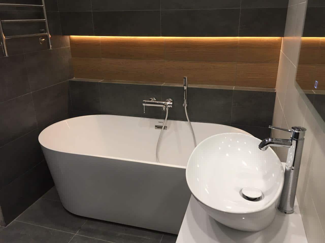 Темная отдельная ванна с подсветкой и шишей по всей длинне. Дизайн проект квартиры в ЖК на улице Веерная, 54.