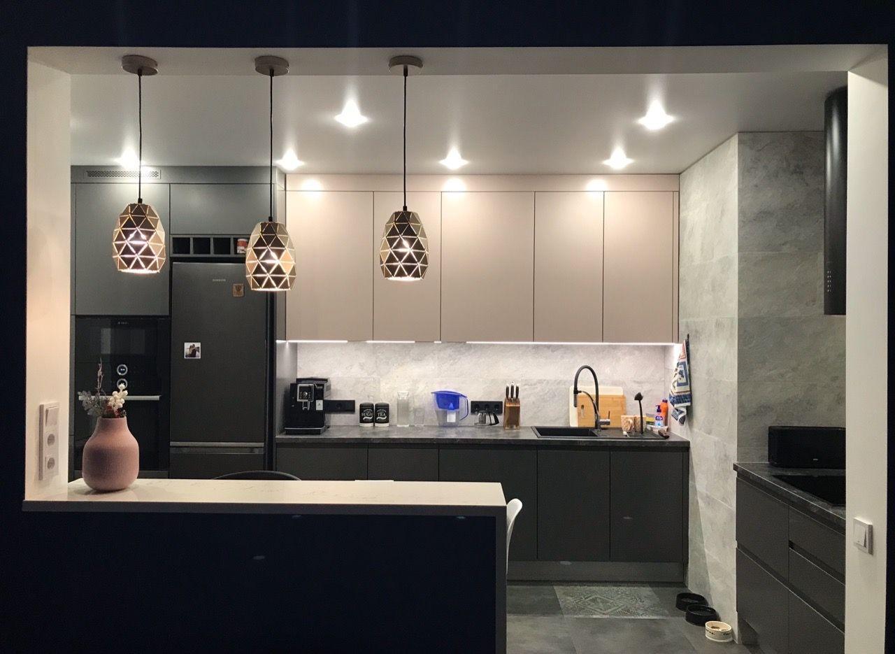 Кухня с барной стойкой в серых тонах. Дизайн квартиры в ЖК Алиса, планировка и ремонт.