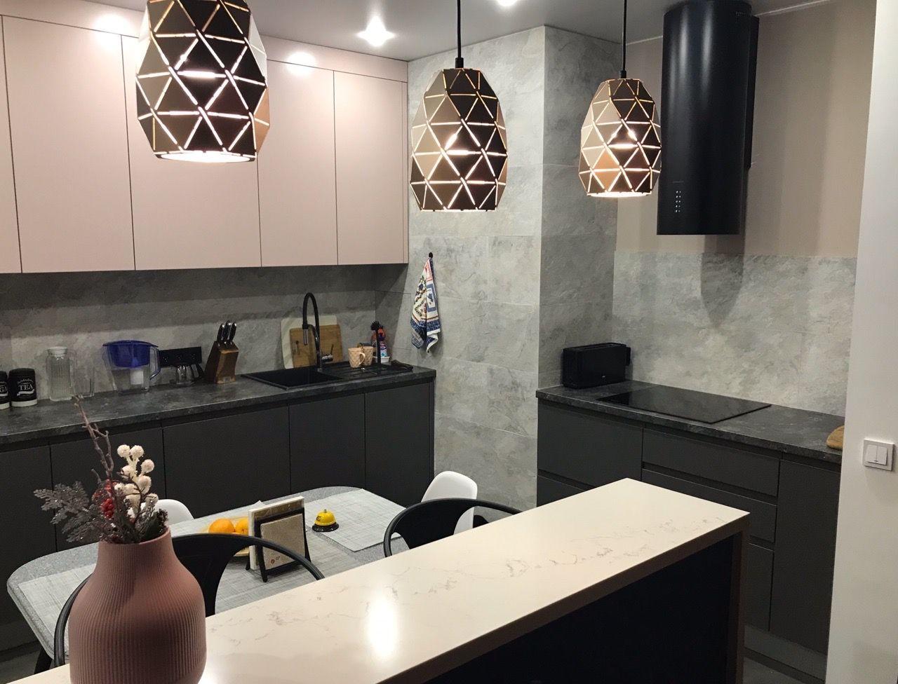 креативные лампы в коричневом цвете придают приглушенное освещение кухни