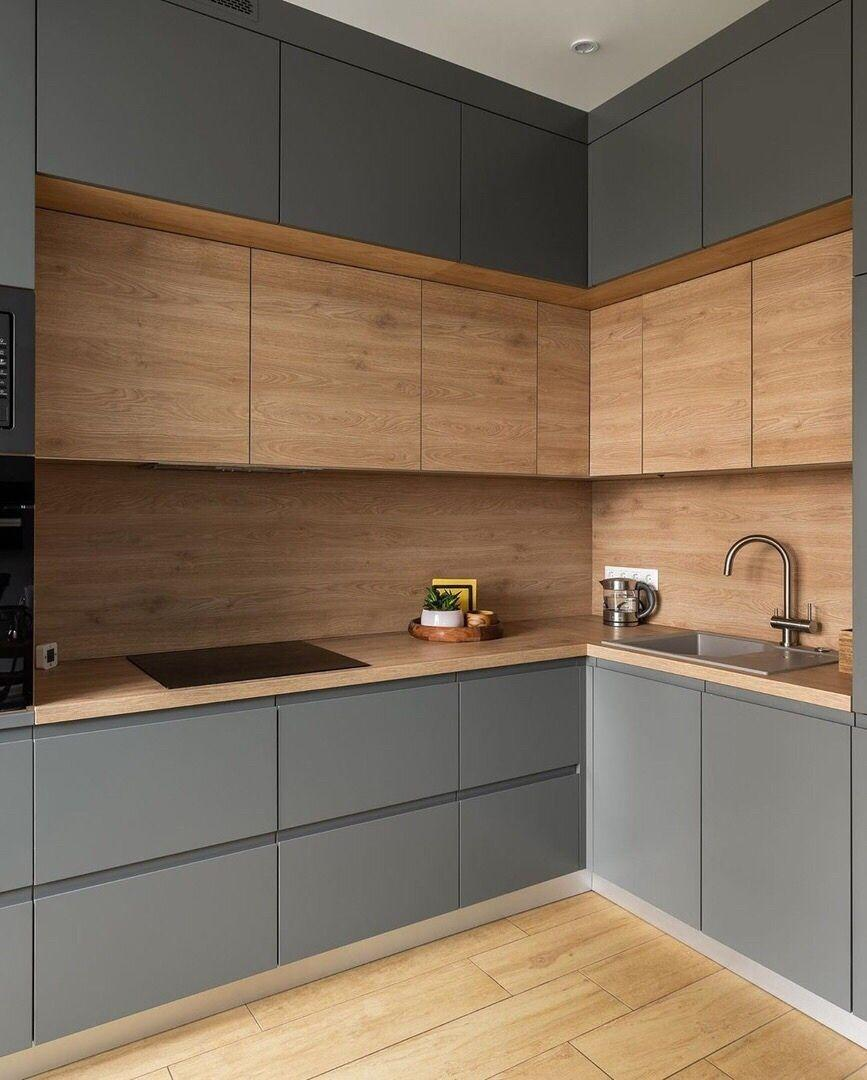 встроенная кухня в сочетании с серыми шкафами без ручек и столешницами под дерево