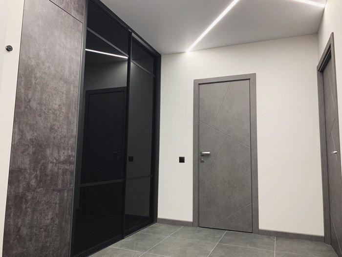 Современная прихожая, глянцевый черный шкаф в прихожей.