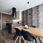 природная форма стола гармонично вписывается в интерьер кухни