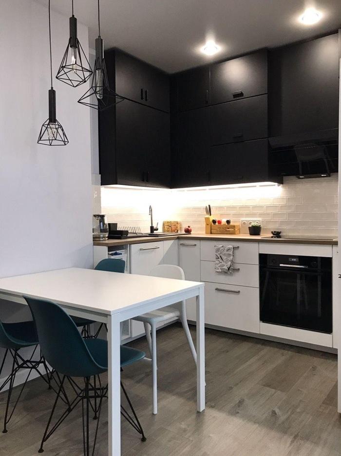 сочетания в кухни черных и белых шкафов с яркой подсветкой
