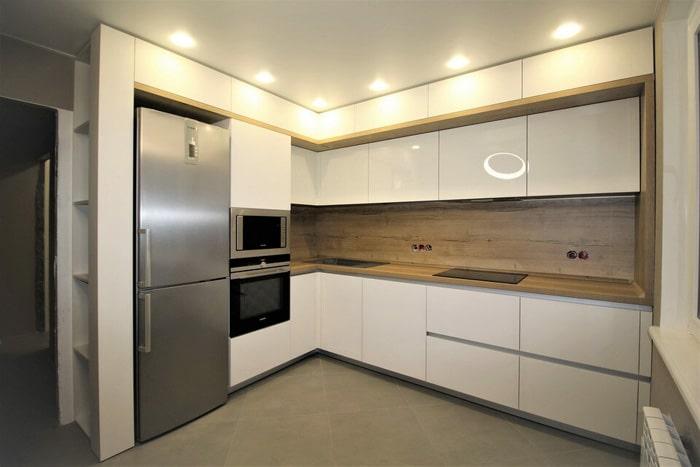 Холодильник встроенный не всегда удобен, он меньше по глубине и многие заказчики выбирают отдельно стоящий.