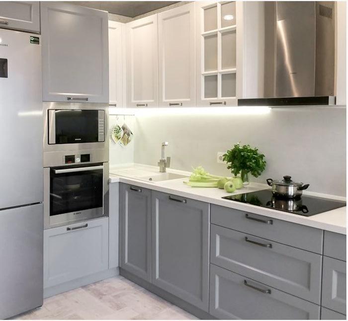 Угловая кухня не всегда практично, но приходится мириться в маленьких интерьерах.