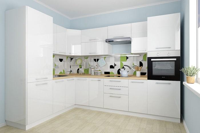 Яркий белый цвет, голубые стены, это то, что нужно в маленькой кухне. Фартук делайте из плитки или монолитных панелей. Рисунки выходят из моды. Стекло и фотопечать не практичный вариант, пачкается, выцветает.