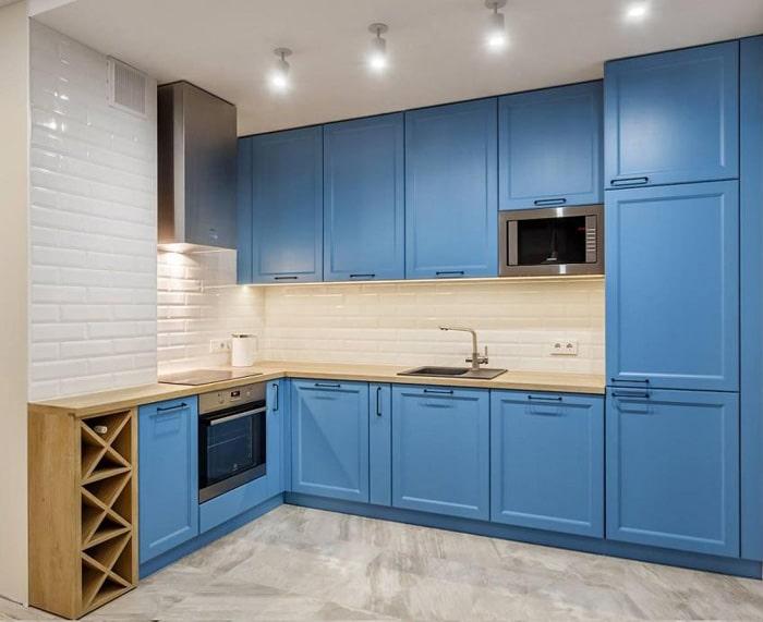 Яркий синий цвет на фасадах в сочетании с глянцевой плиткой и деревянными светлыми поверхностями. Каждый человек уникален и вкус его то же. Освещение является важным трэндом и направлением. Используйте точечные светильники, трэковое освещение и зоны подсветки.