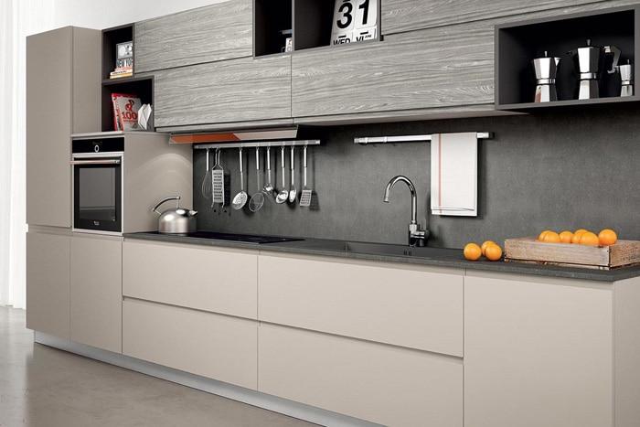 Комбинация закрытых и открытых полок стильно и современно. На фото можно подобрать коллекцию фасадов и исполнения различного дизайна. Всегда обращайтесь за консультацией к дизайнеру, они вам помогут в выборе.