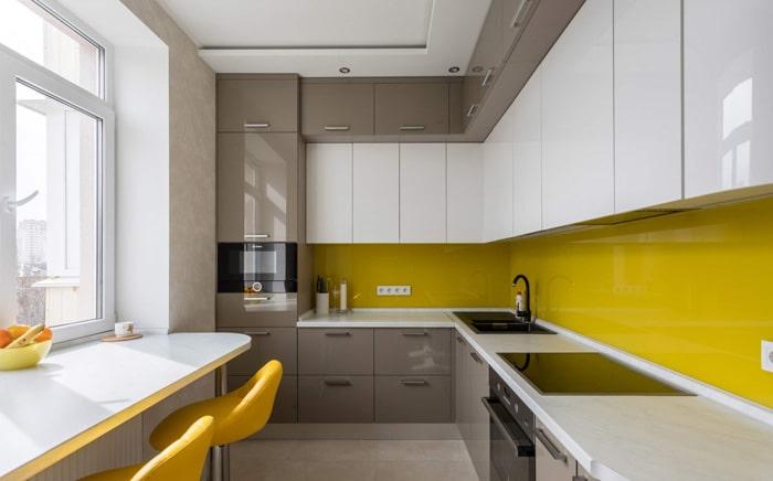 Желтые, светло коричневые и белые фасады это стильно но не всегда уместно. Взрыв цвета может отпугнуть покупателя, но все люди разные. Вместо стола используется барная стойка у окна, встроенная в подоконник.