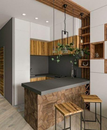 Барная стойка декорирована деревянными рейками по потолку.