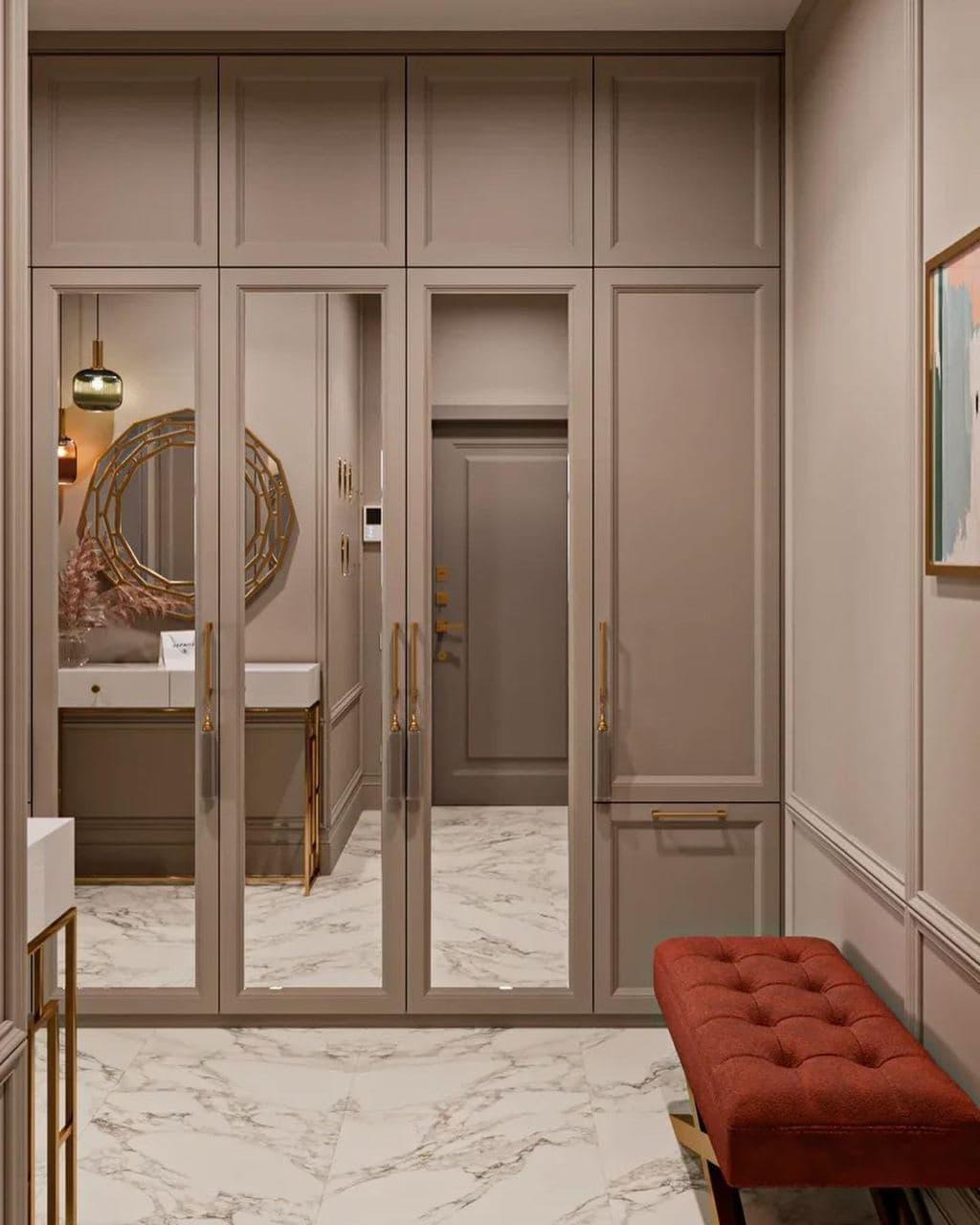 Высокие распашные двери со вставкой зеркала.