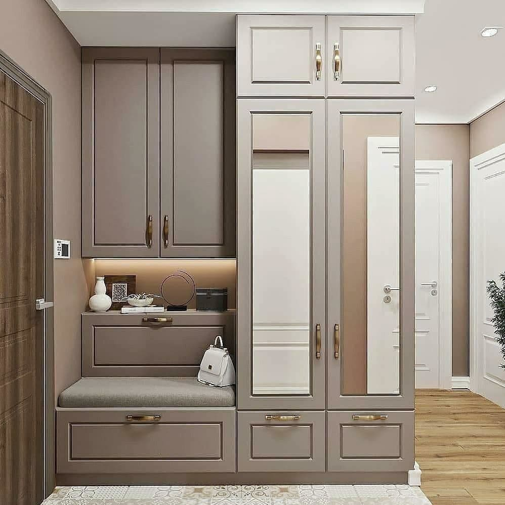 Бежевые оттенки на мебели и встроенное зеркало в двери.