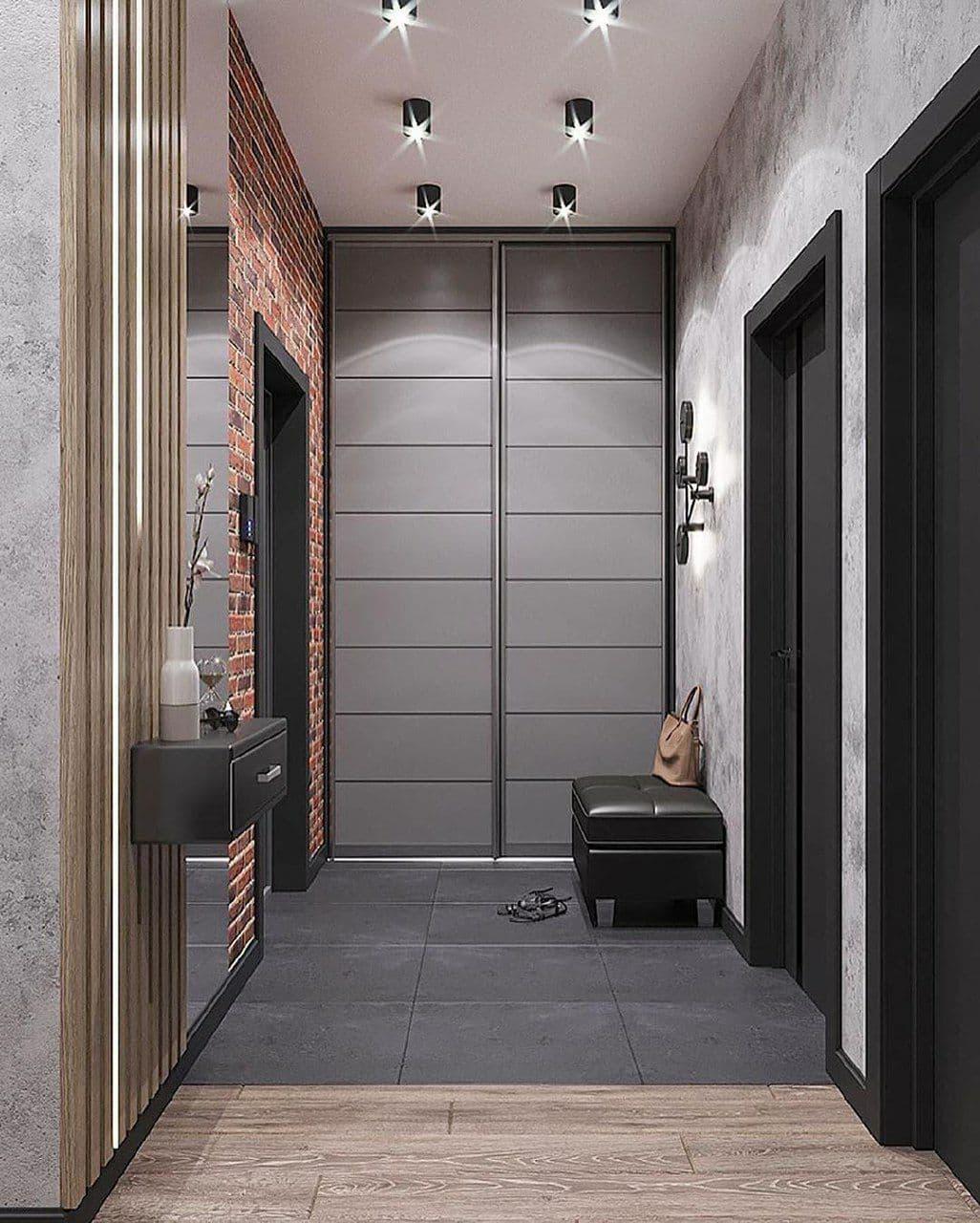 Встроенный шкаф купе, двери до потолка. Натяжной потолок подходит впритык к наличникам. Зонирование зоны прихожей и гостиной.
