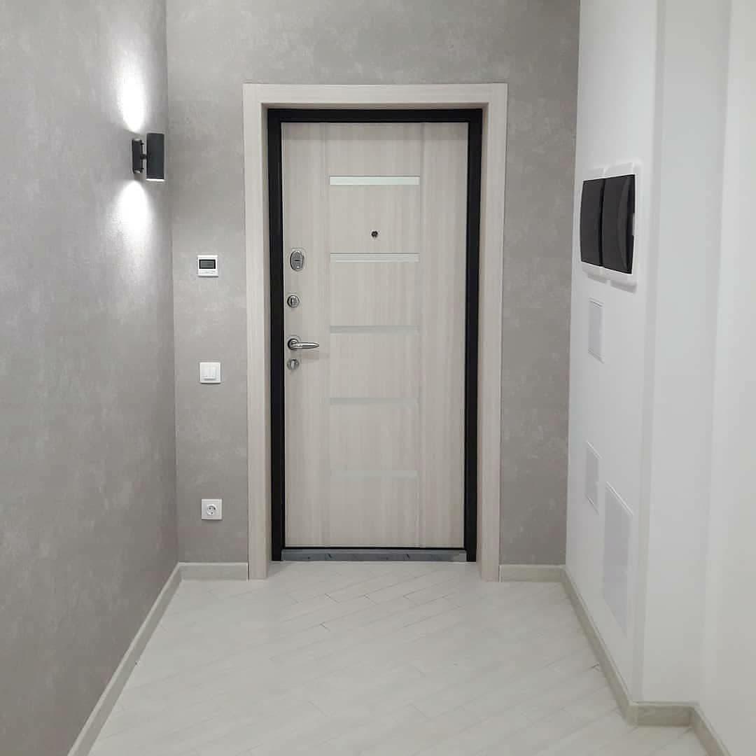 Часто нет возможности поставить небольшой распашной шкаф, его убираем в комнату, а при входе достаточно вешалки.
