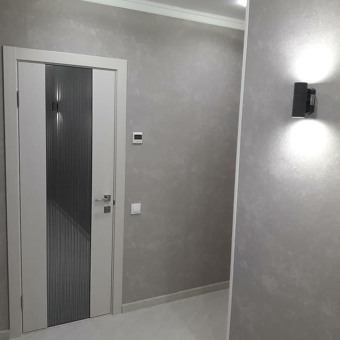 Серые стены с декоративным нанесением штукатурки с дальнейшем окрасом и покрытием лаком.