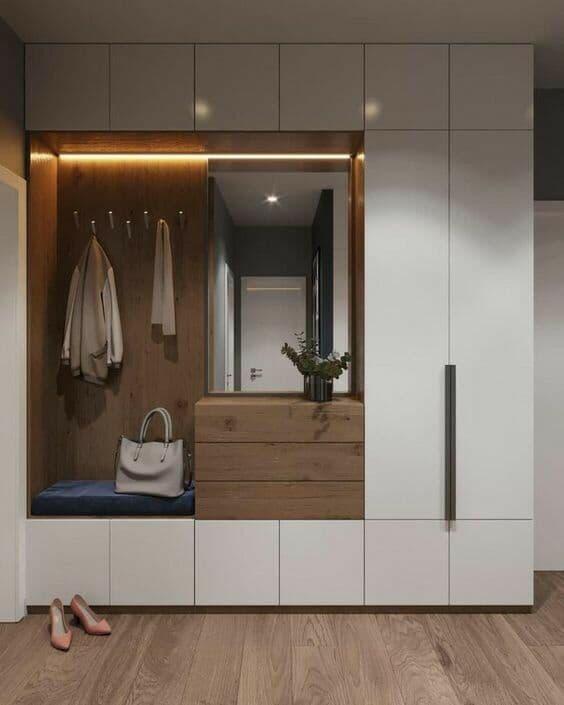 Белая матовая мебель в прихожей с системой открытия по нажатию. Подсветка полочек и зеркала.